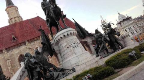 Kolozsvárott  az 1900-as párizsi világkiállítás nagydíját elnyerő Mátyás-szobor előtt készült kép, ahol Molnár Zoltán színvonalas a Hunyadiakról szóló magyar történeti előadást tartott