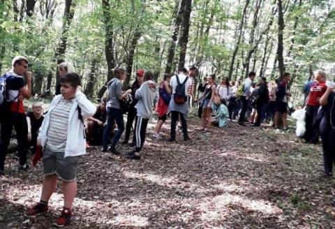 142 avasi diák + szülő + barátok + 5 kutya :) Nem csak túráztunk hanem szemetet is szedtünk!